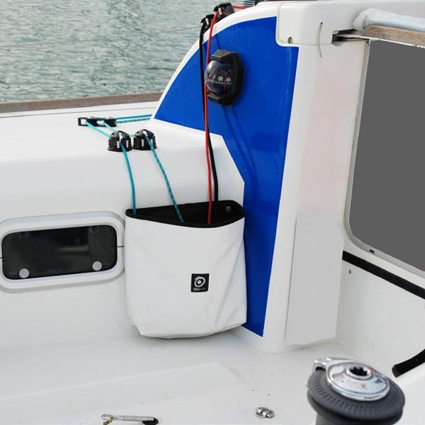 Tauwerktasche offen für Fallen und Schoten montiert im Cockpit  I outmar.com